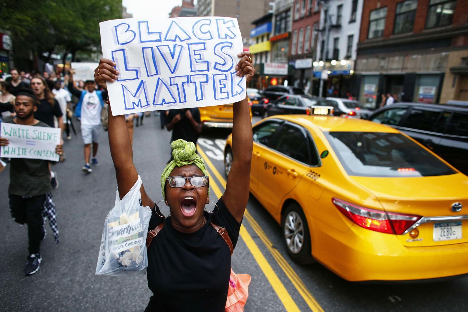 NEW YORK: De store demonstrasjonene rundt om i USA skyldes politidrapet på Alton Sterling og Philando Castile, begge svarte amerikanere.