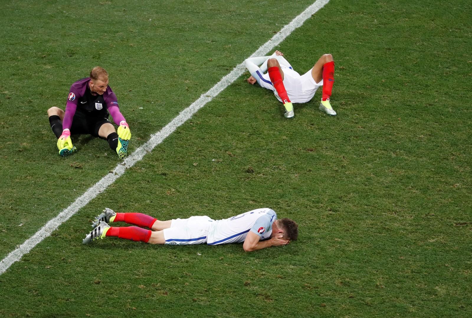 De engelske spillerne etter at sjokket var et faktum: England er ute av EM, slått av lille Island.