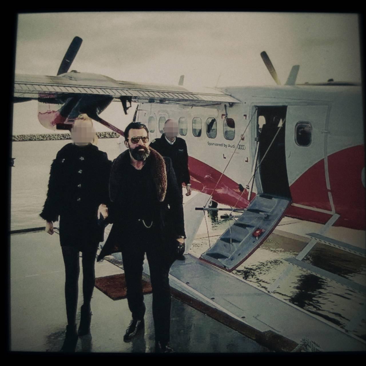 Mr. James på vei ut av et privatfly