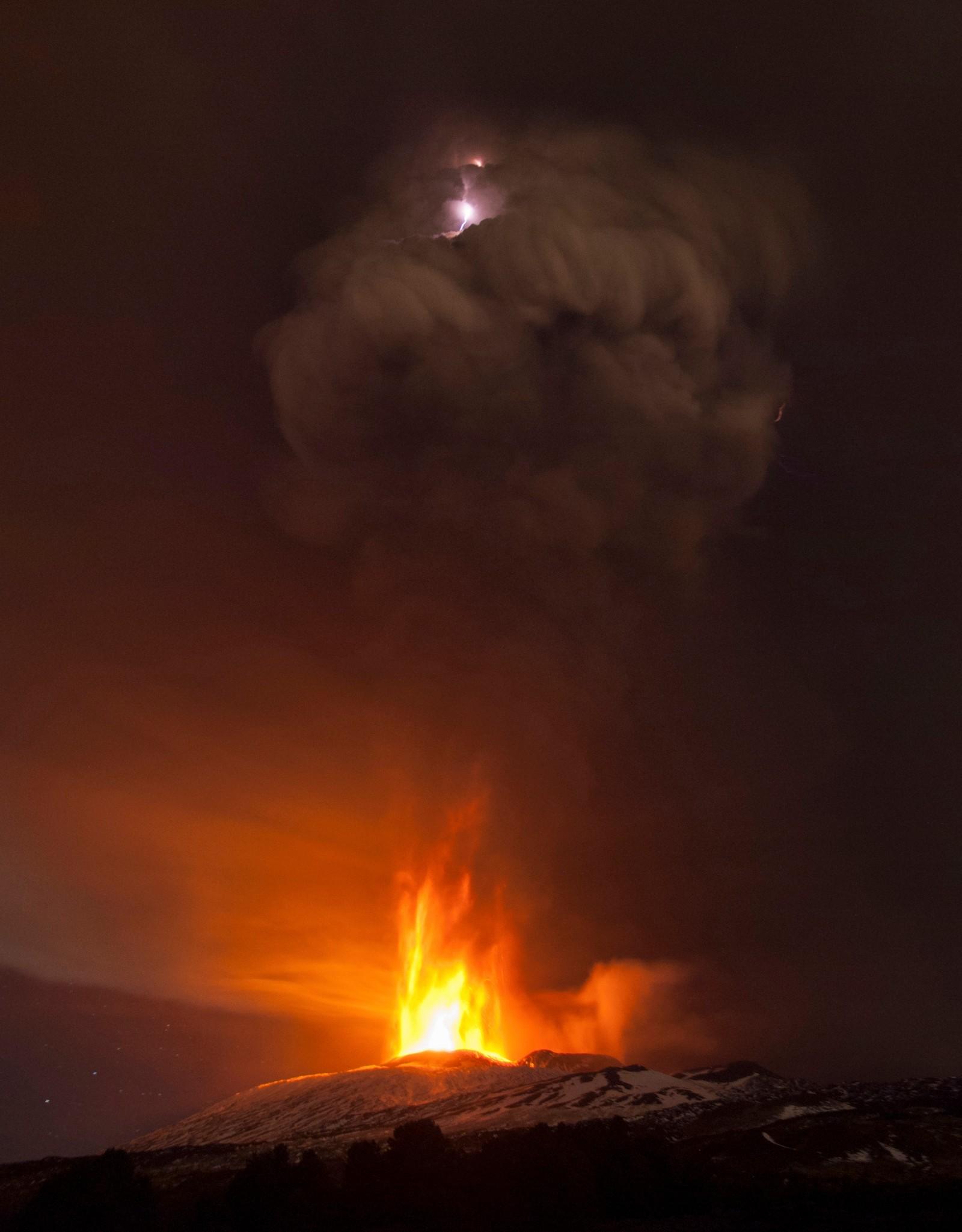 Fotografen Salvatore Allegra i nyhetsbyrået AP tok et virkelig blinkskudd denne uka da han fanget et lynnedslag som slo ned i røyk fra vulkanen Etna i Italia.