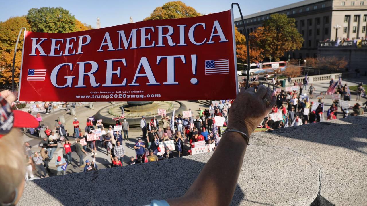 Hundrevis av Trump-supportere utenfor delstatsforsamlingen i Pennsylvania.