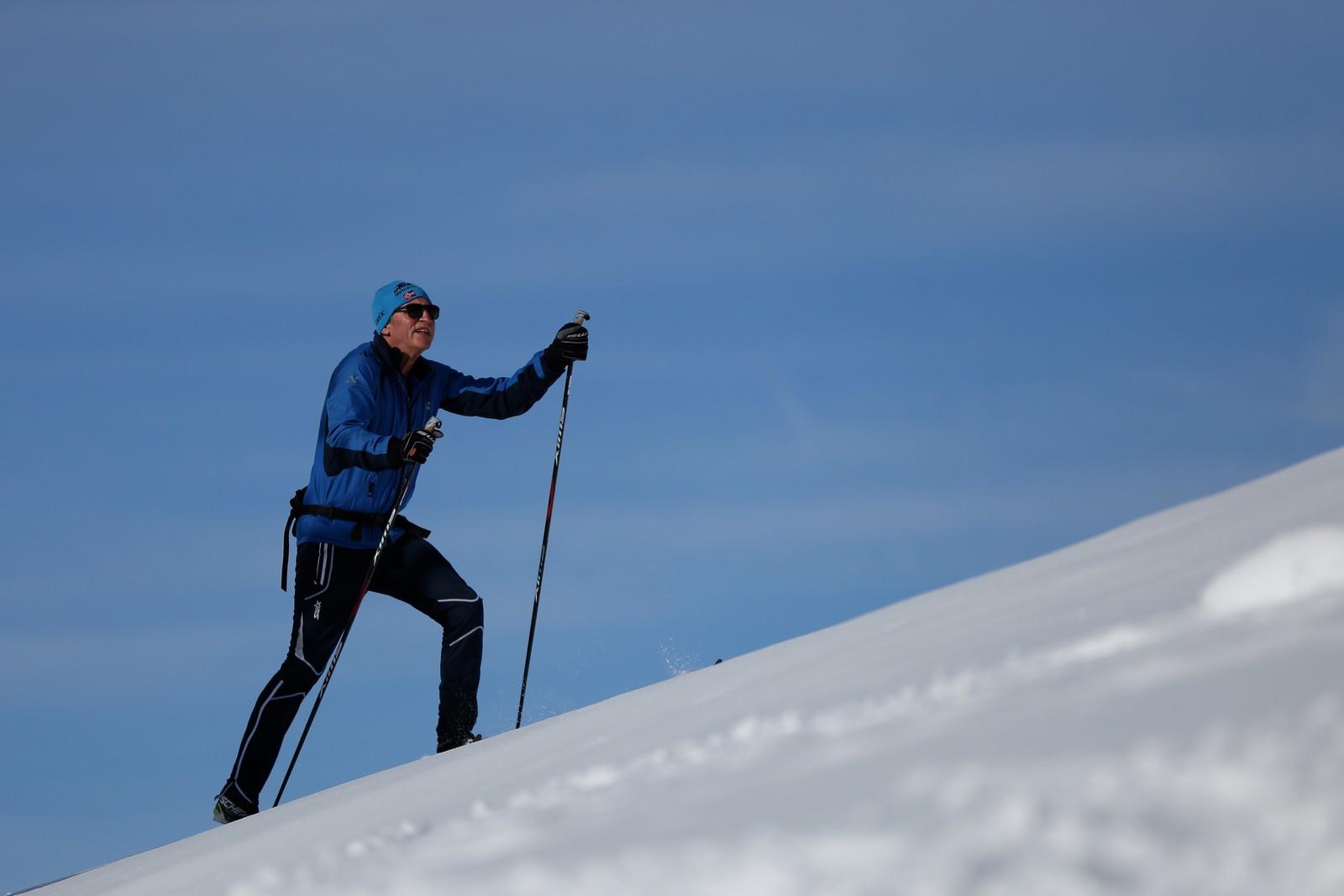 Martin Hauge varmar opp på veg til Rypeskarrennet på Utvikfjellet påskaftan.
