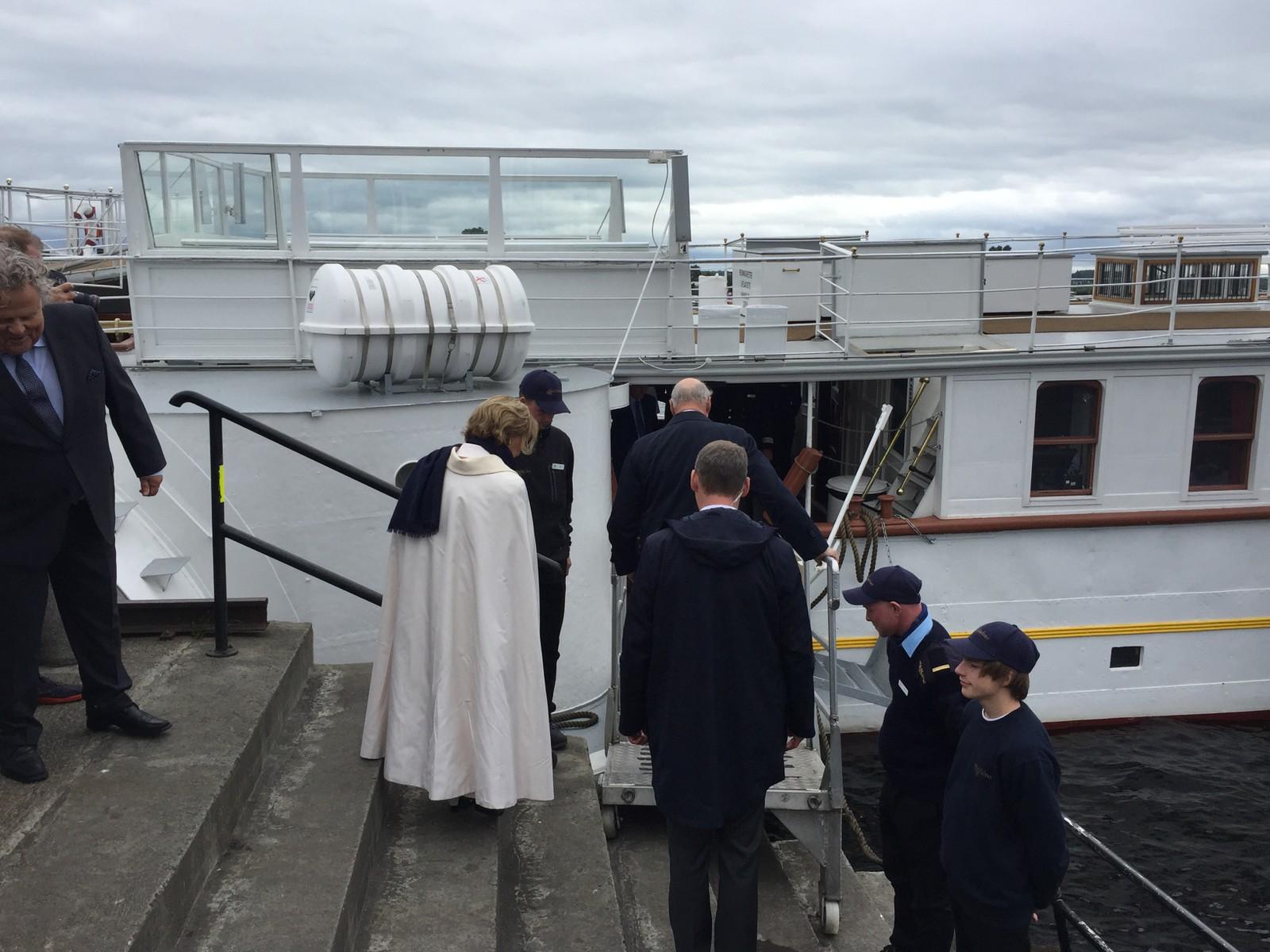 Skibladner fraktet kongeparet rundt til stedene de besøkte på den første dagen i Hedmark og Oppland.