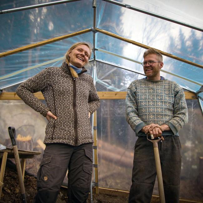 Line Raunkjær og Tor-Evert G. Johansen i drivhus på Øvre Brekkebakkane