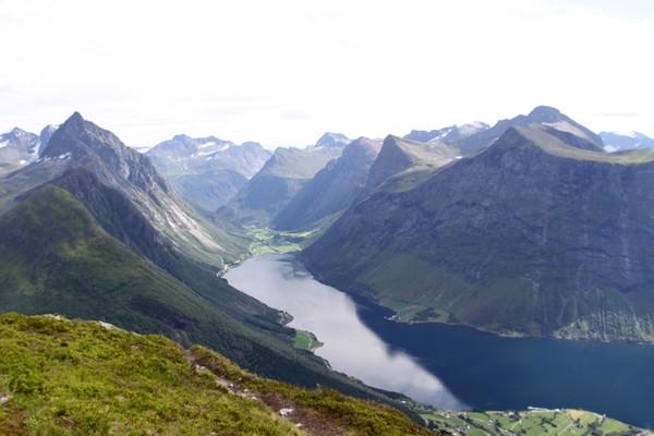 Slogen vokter bygda Øye ved Nordangsfjorden - Foto: Arild Eidset