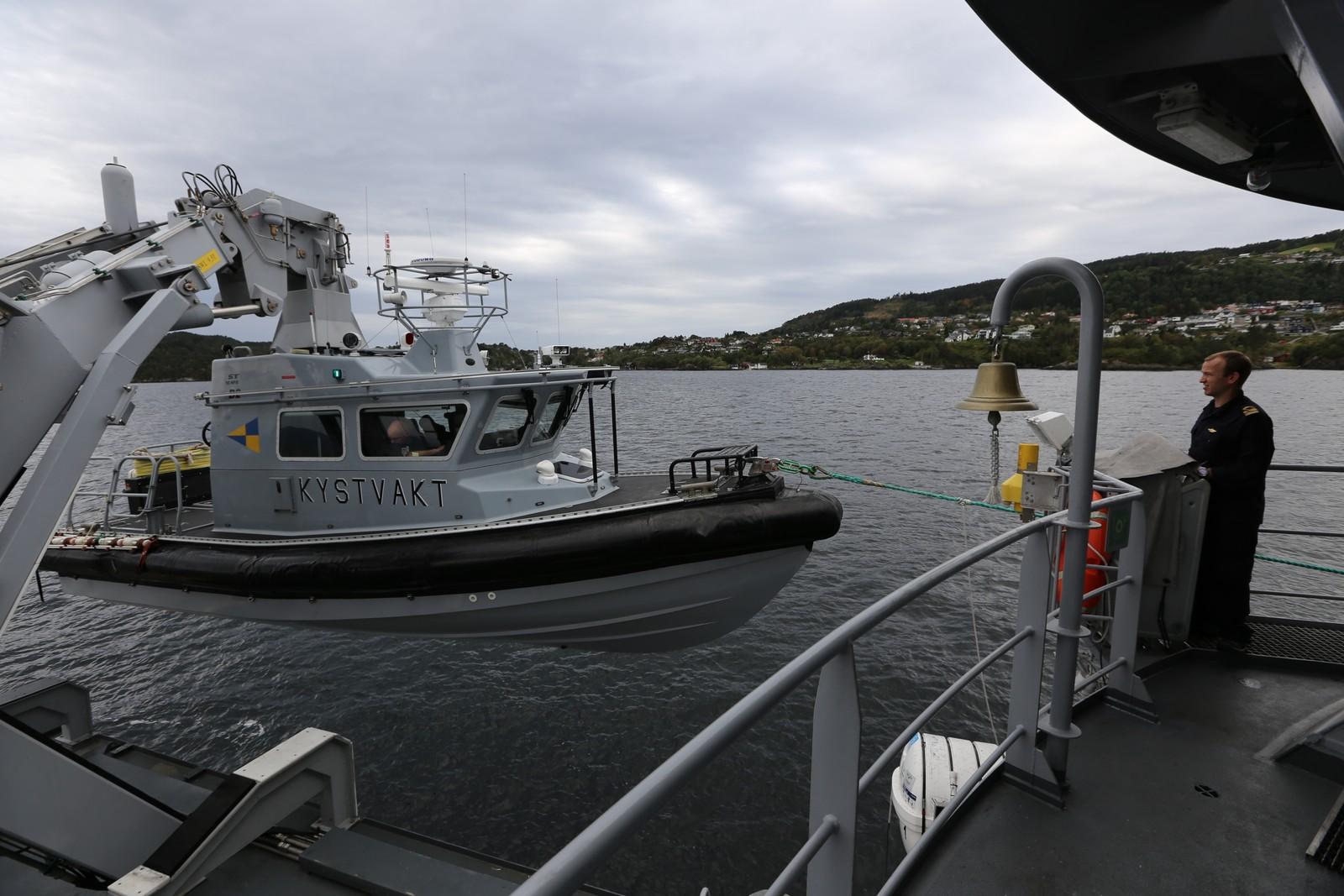 HEISES OM BORD: KV Tor er utstyrt med to lettbåter. Den største, som du ser i forgrunnen, tåler å bli kastet helt rundt uten å synke. Her heises den om bord etter endt patrulje.
