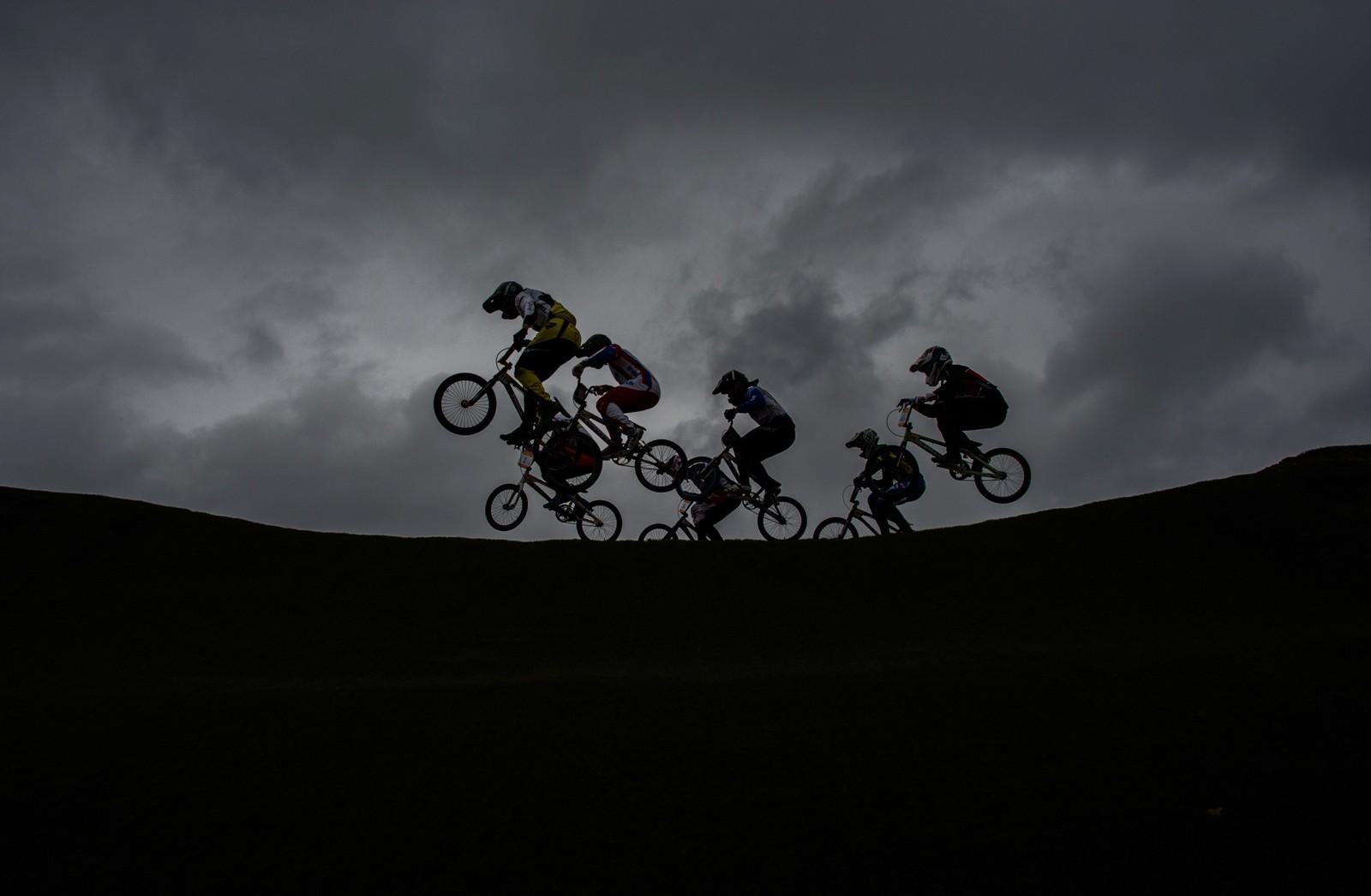 BMX-syklister tester løypa før OL i Rio 2016.