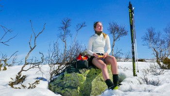 En skigåer tar en pause i sola på Hovden i Aust-Agder. Mange steder i Sør-Norge var det varmt nok til å sole seg og nok snø til å gå skiturer.