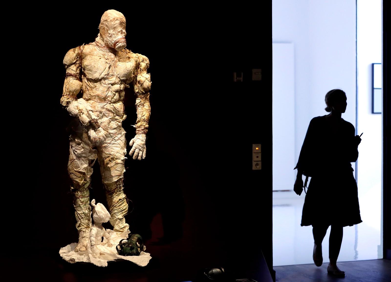 En kvinne går forbi en Golem-statue i Tel Aviv i Israel. I middelalderen og i jødisk tro trodde man at Golem var et slags kunstig menneske laget av et dødt materiale. Statuen skal stilles ut på Det jødiske museet i Berlin i en utstilling som handler om kunstig liv. Utstillingen varer til 29. januar 2017.