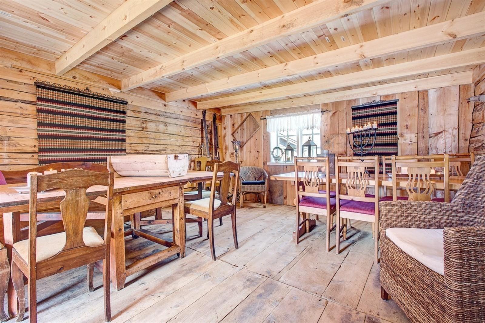 GAMALT: Den gamle sorenskrivargarden på Loftenes blei lagt ut for sal denne veka. Ifølgje eigedomsmeklaren er det mange som har vore interessert i den spesielle bustaden.