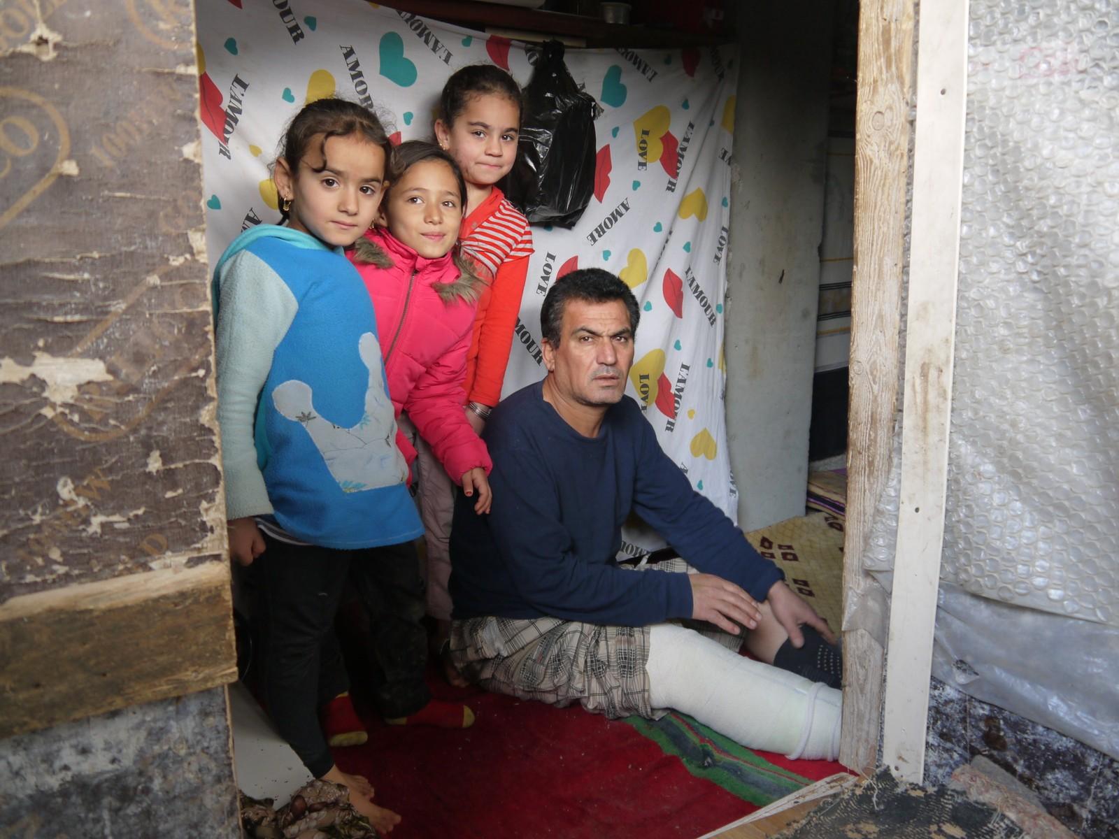 Hashem Majed vart skadd under flukta frå IS, men saman med sine tre døtrer har han klart å kome ein stad kor han kan vere trygg.