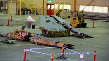 Vrakdelene av Hercules-flyet i flyhangaren i Kiruna