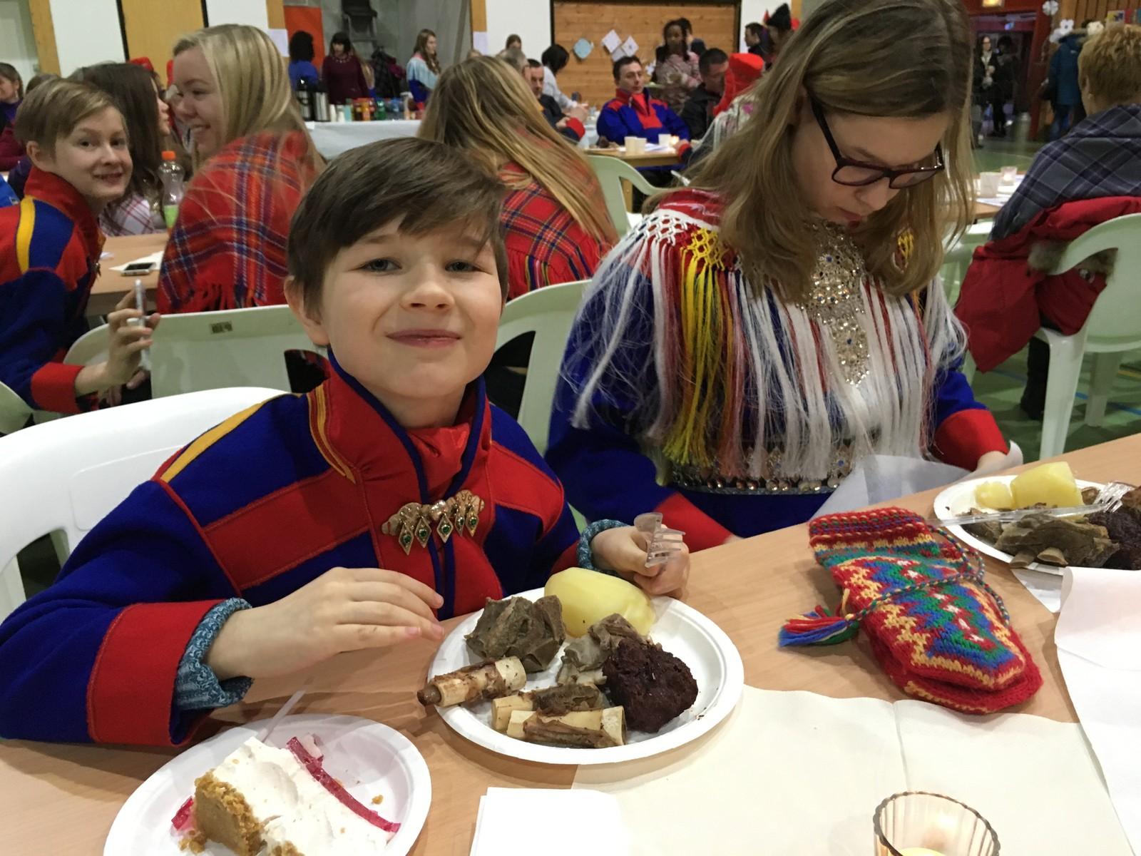 Under arrangementet som ble arrangert i idrettshallen i Karasjok ble det servert mye godt, blant annet gumpus. Jonas Mortelmans sammen med søsteren Tanja M. Mortelmans.