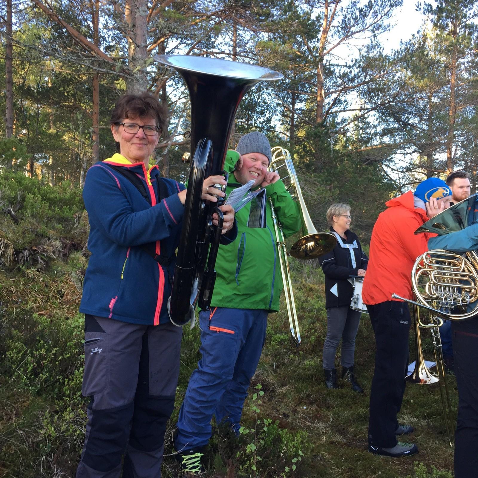 Musikklaget Brage var i aksjon alt klokka 07 i dag tidleg, og spelte på Kollen i Spjelkavik i Ålesund.