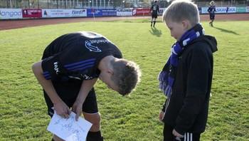 Også FSK-spelarane måtte skrive autografar etter kampen.