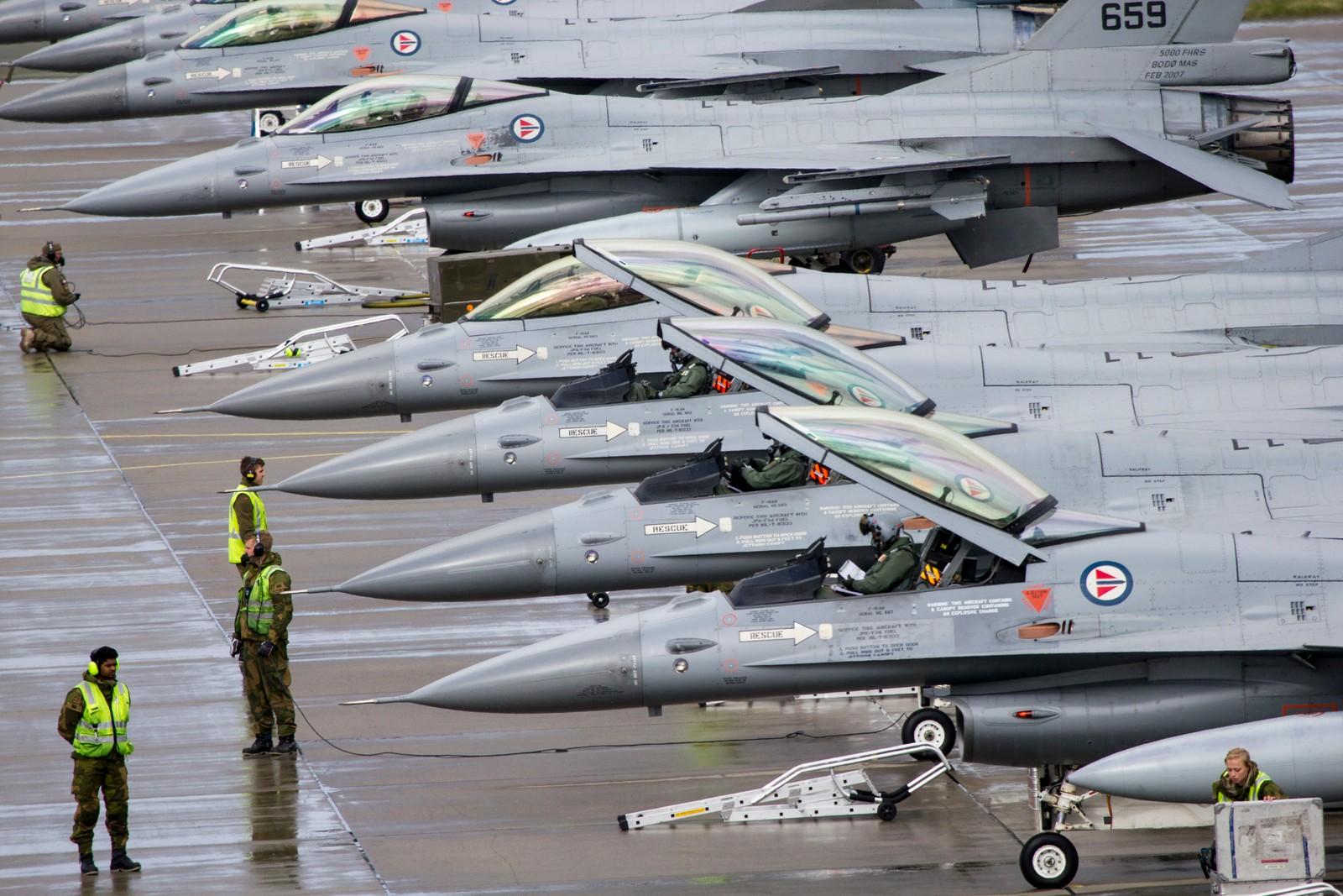 Norske F-16 klargjøres for take off. Pilotene er i cockpit og forbereder seg på take off under øvelse ACE17 i Bodø.