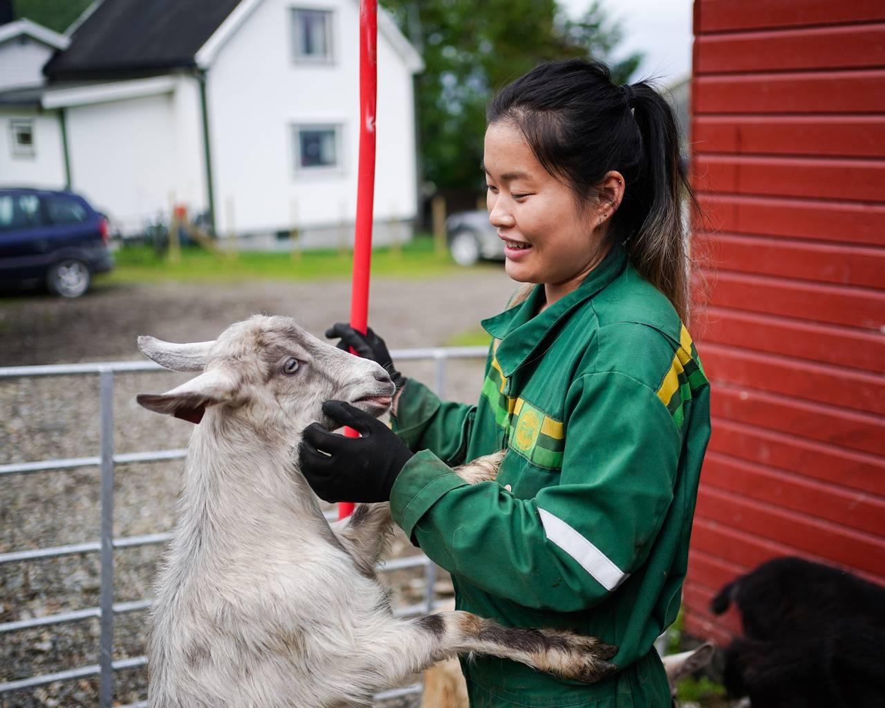 Ann-Hilde koser med en geit.