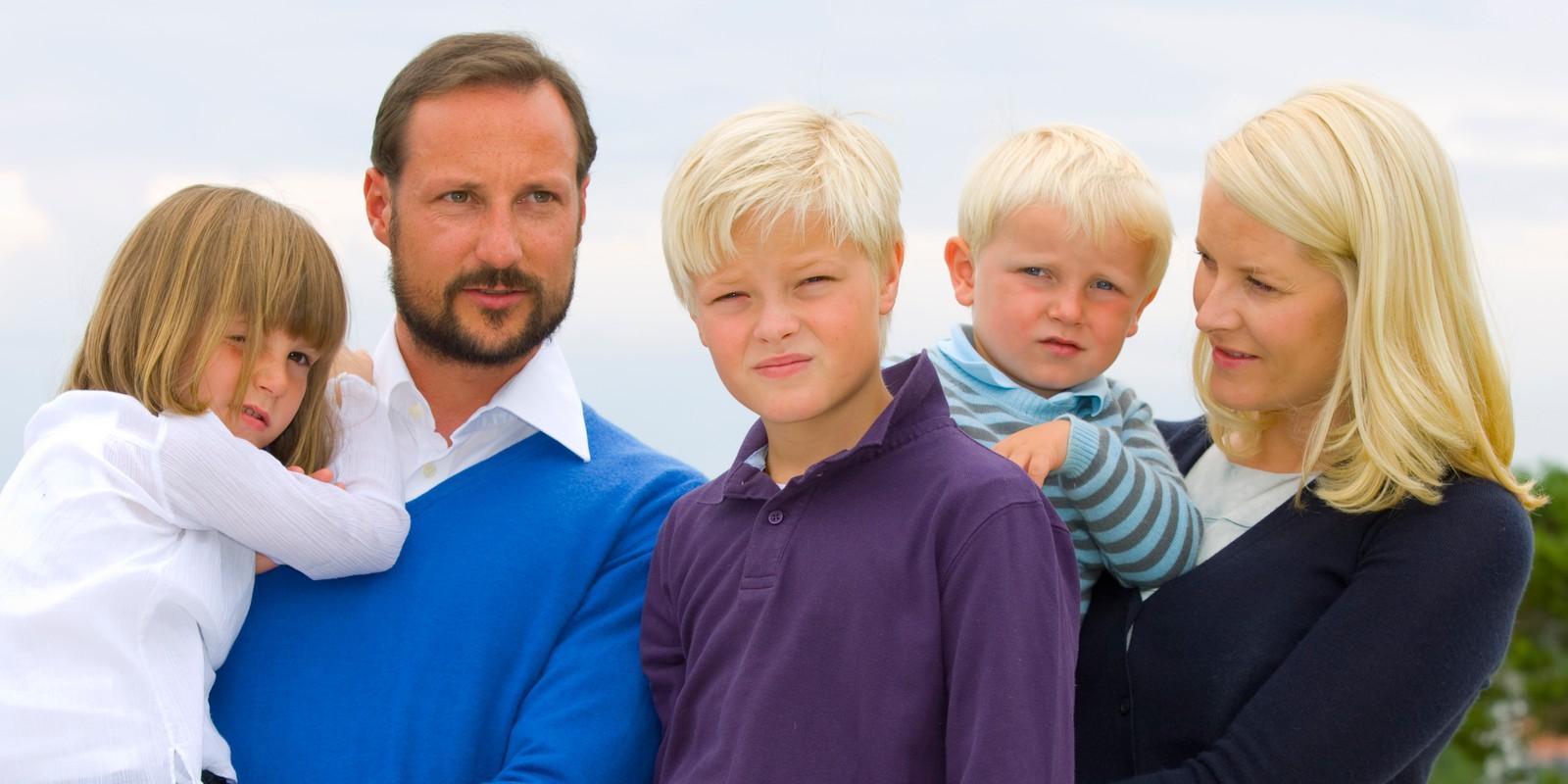 Hele kronprinsfamilien stilte til fotografering på Risørflekken, et utsiktspunkt i sørlandsbyen lengst nord i Aust-Agder, i anledning kronprins Haakons 36-års dag i 2009. Kronprinsfamilien ferierer på Flatholmen denne uka. Foto: Heiko Junge / SCANPIX / POOL