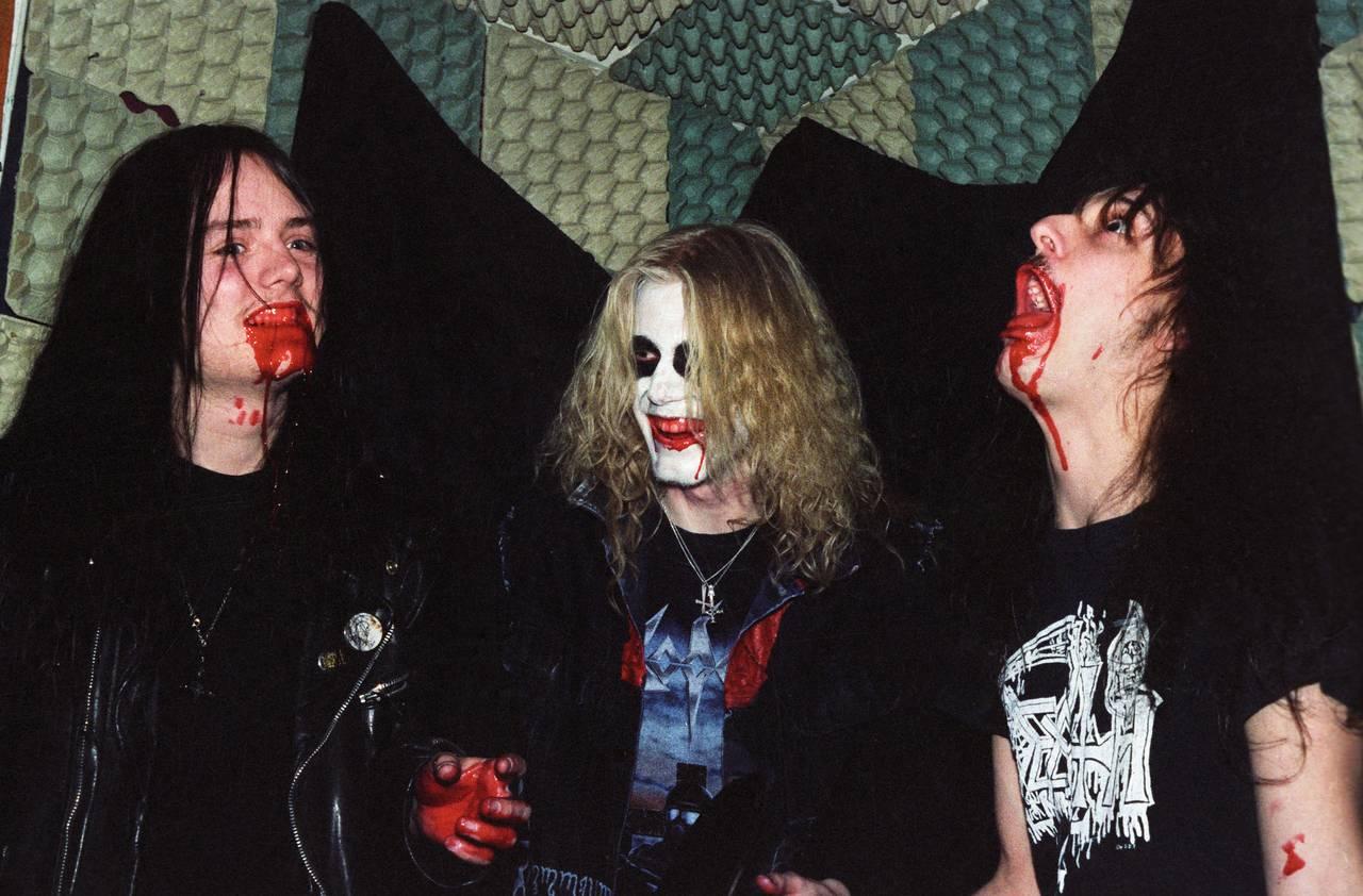 Øystein Aarseth, Pelle Ohlin og Jørn Stubberud poserer foran en vegg kledd med eggekartong. Alle tre har teaterblod i fjeset. Pelle har liksminke. Alle tre ser ut som de har det gøy.
