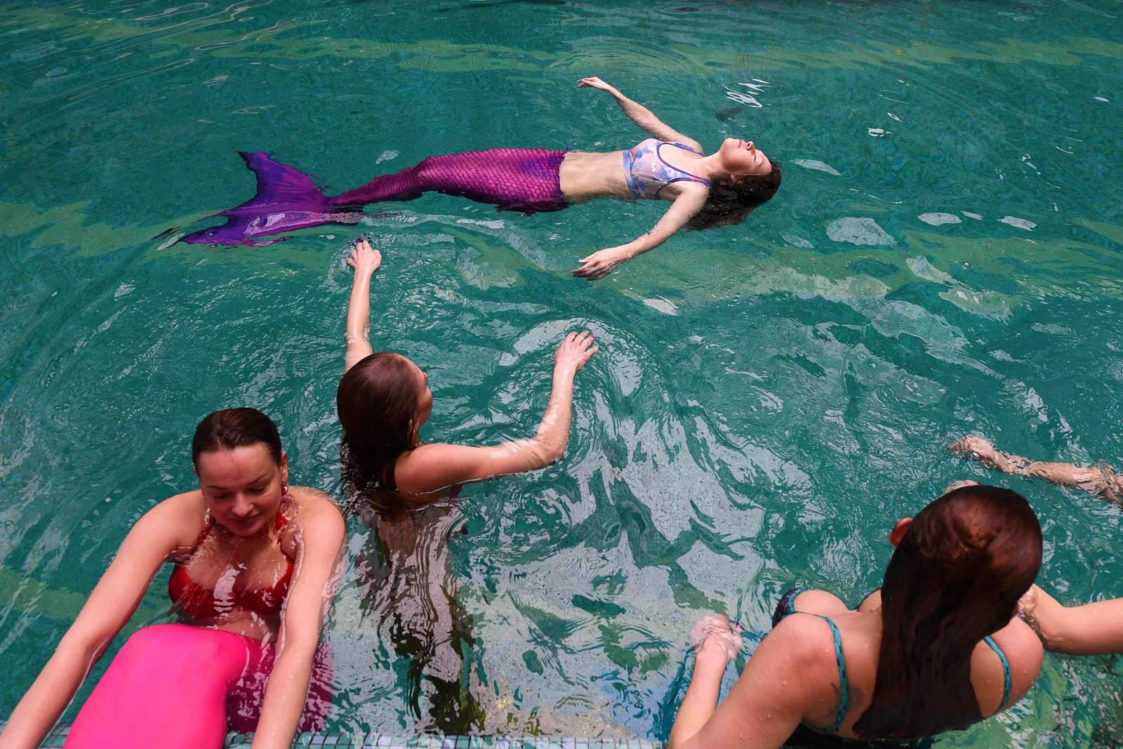 Russiske kvinner lever ut barndomsdrømmene sine og plasker rundt i bassenget som havfruer i Moskva.