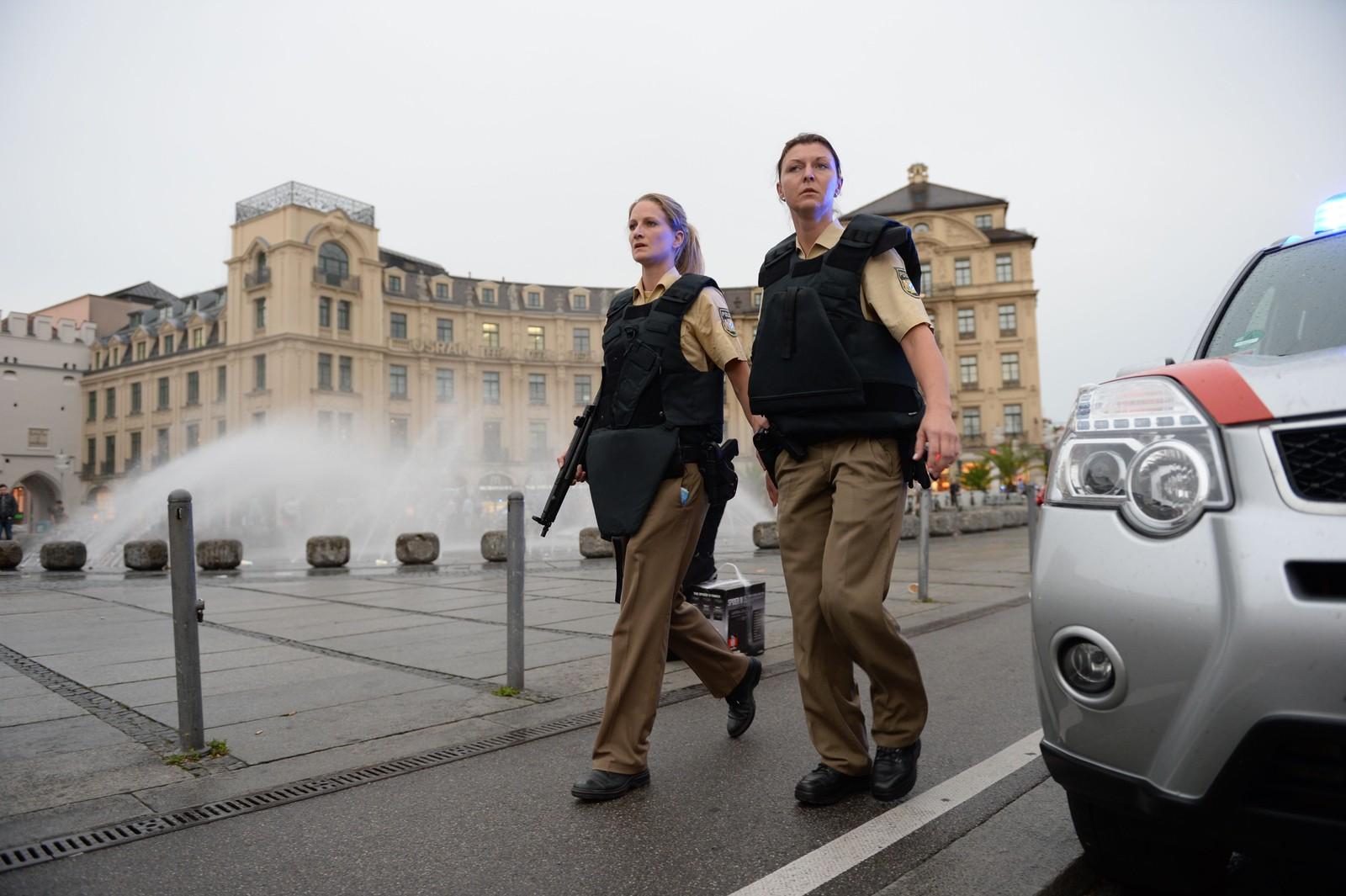 PATRULJERER I GATENE: Politibetjenter patruljerer i området rundt Karlsplatz (Stachus) i München.