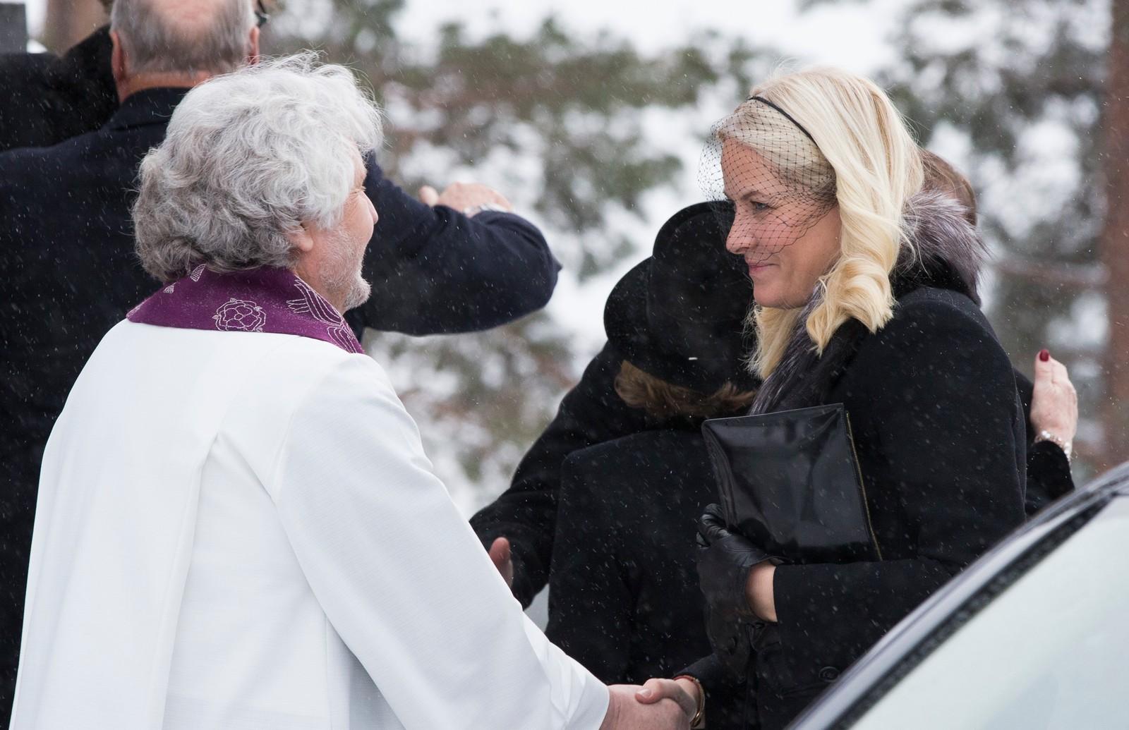 Kronprinsesse Mette-Marit blir tatt imot av sogneprest Jan-Erik Heffermehl ved ankommer Holmenkollen kapell der Johan Martin Ferner bisettes mandag. Foto: Berit Roald / NTB scanpix