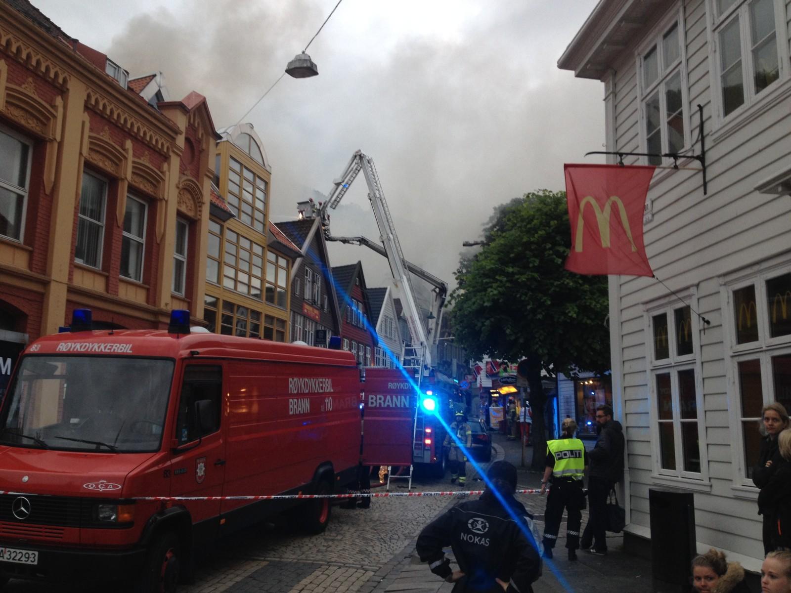 Brannen startet i to hus, og spredde seg til et tredje før brannvesenet fikk kontroll.