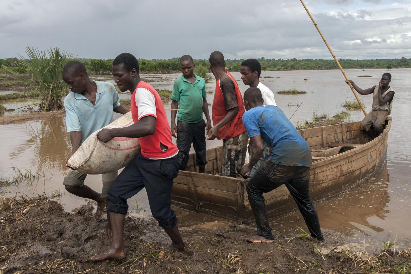 Veinettet er ødelagt. Nødhjelpen må fraktes med båt eller helikopter.