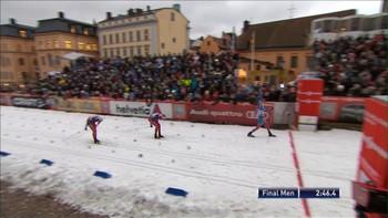 Ola Vigen Hattestad kom inn på oppløpet med en strålende posisjon, men Petter Northug lurte like bak. Bak de igjen kom russiske Nikita Kriukov med en strålende innspurt og slo de norske håpene.