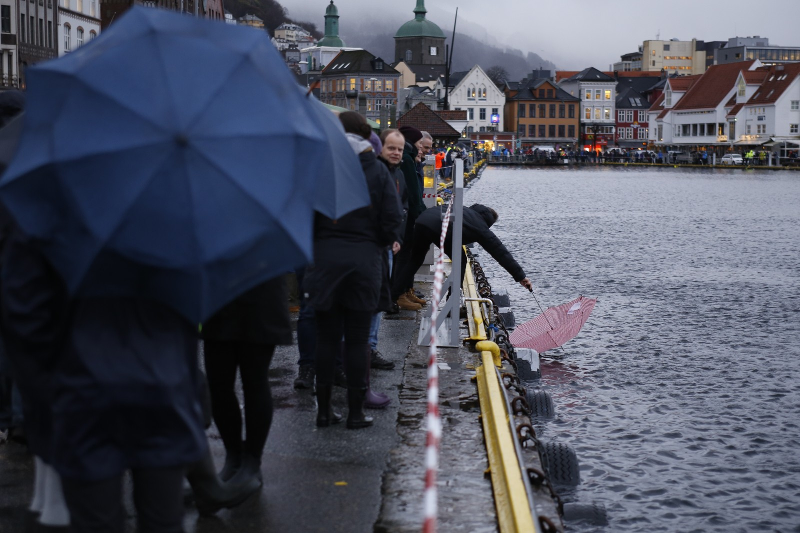 Mange skuelystne hadde møtt opp på Bryggen for å følge ekstremværet. Men vannet nådde aldri over kanten foran verdensarvbygningene i Bergen.