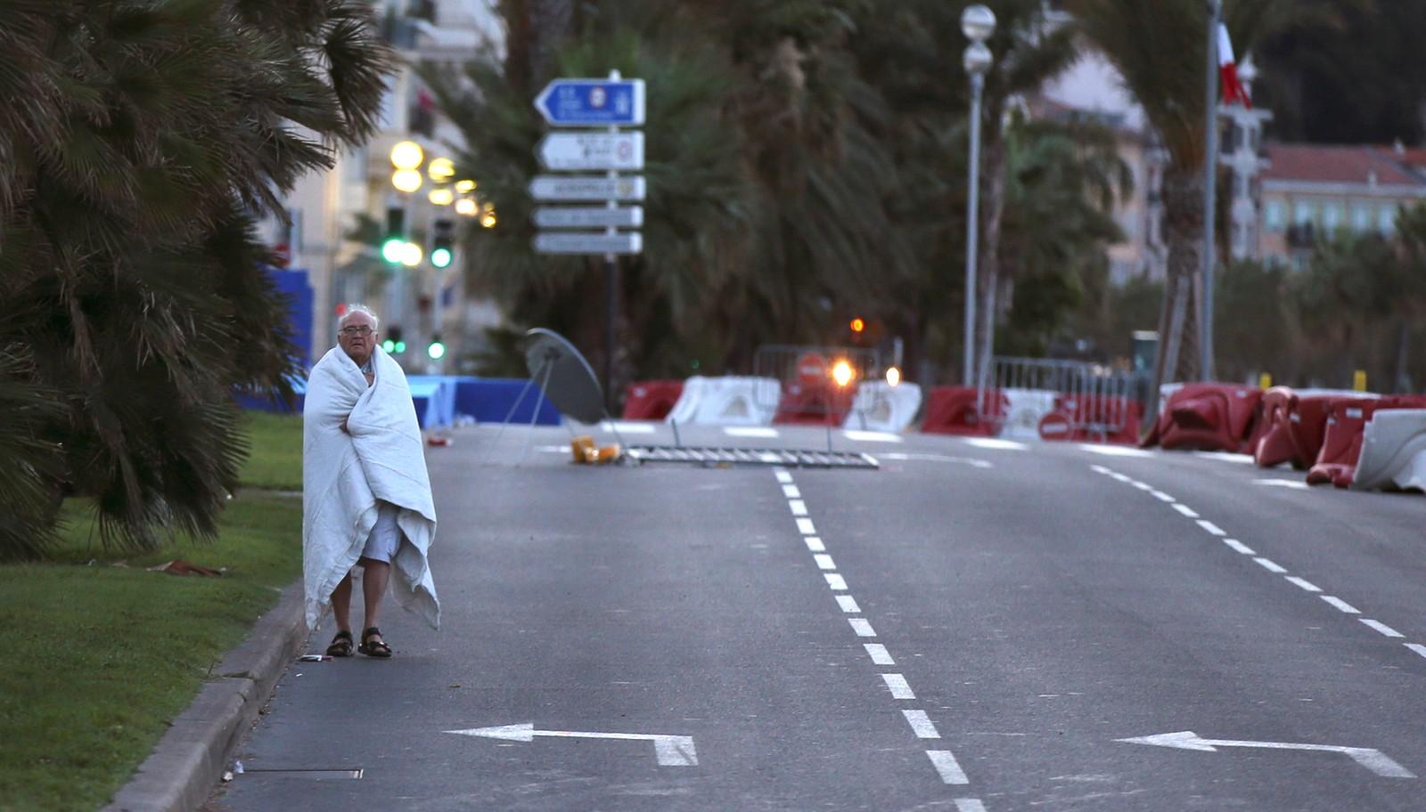 En mann går langs veien etter terrorangrepet i Nice.