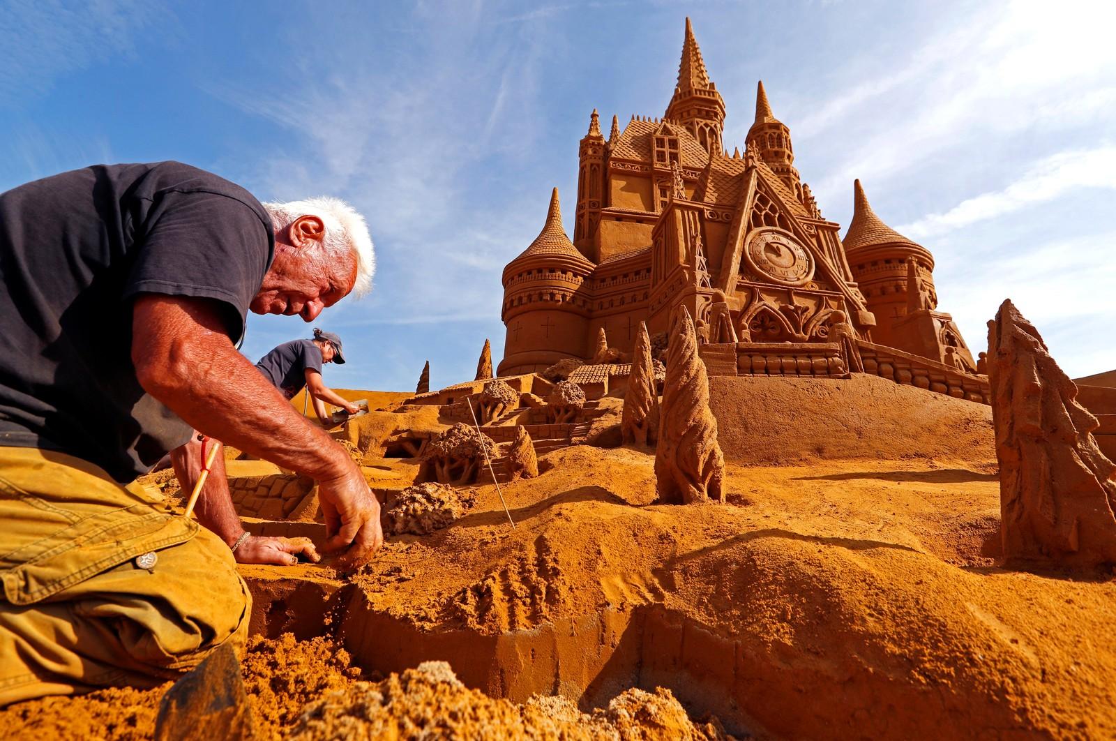 Italienske Franco Dago jobber på en skulptur under en sandskulpturfestival i Ostend i Belgia.