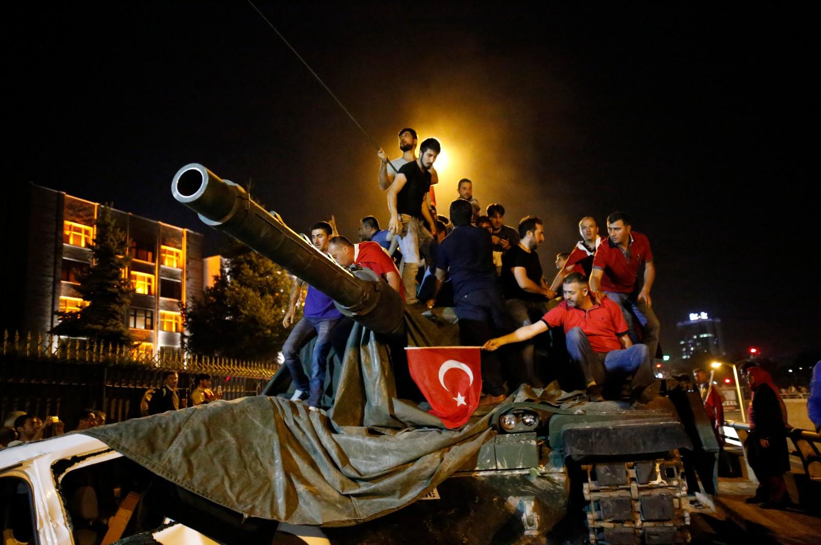 I Ankara klatret folk på denne stridsvognen for å vise sin motstand mot kuppforsøket.