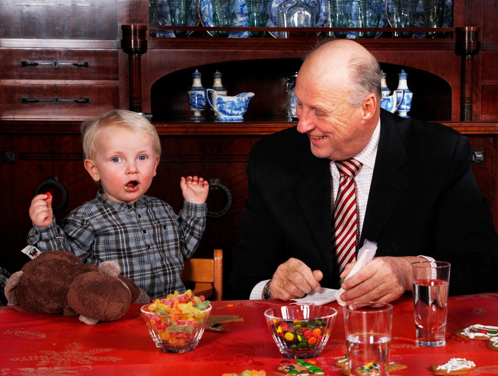 Kong Harald med prins Sverre Magnus på Kongsseteren i 2007.