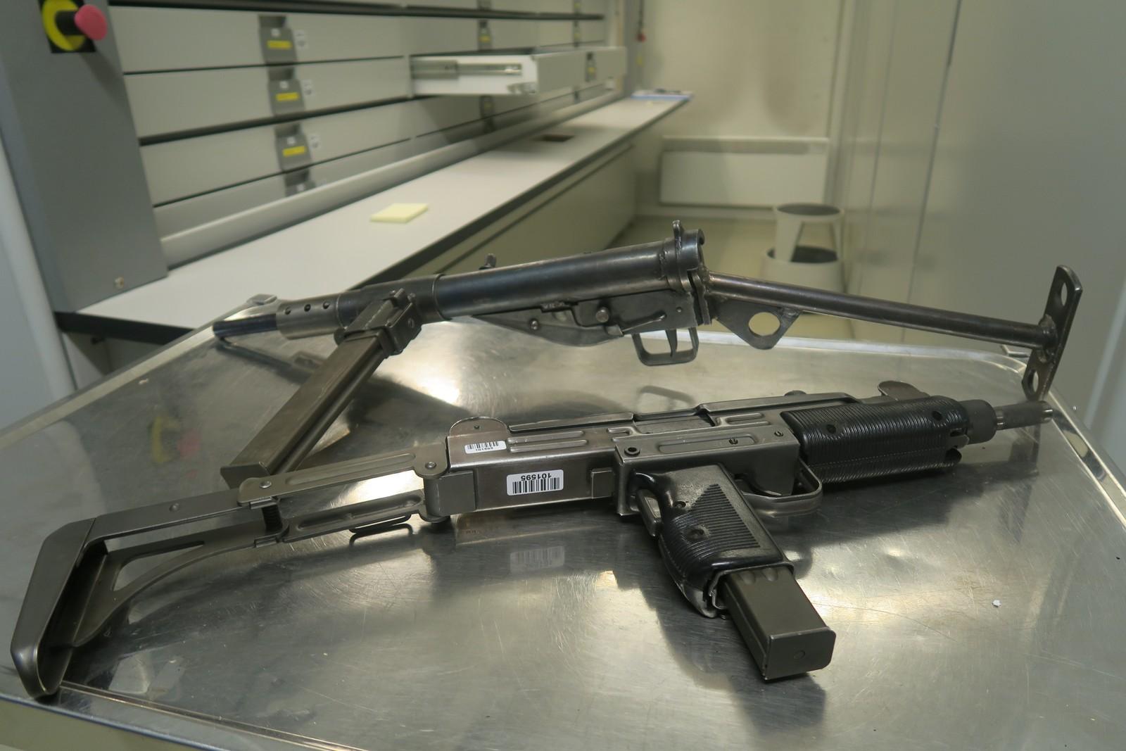 Klassikere: En Stengun, som er en britisk maskinpistol fra andre verdenskrig, kjent for sin enkle utforming, konstruksjon og lave produksjonskostnad. Nederst en UZI, israelsk-produsert maskinpistol.