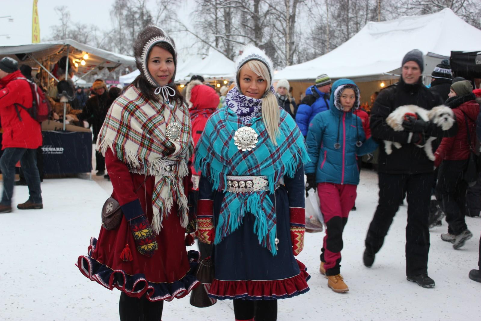 Lájlá Helene Eira og Kristin Holm Balto, henholdsvis fra Karasjok og Sirma i Tana synes det er naturlig å feire nasjonaldagen selv om turen til Jokkmokk primært er for vintermarkedet.