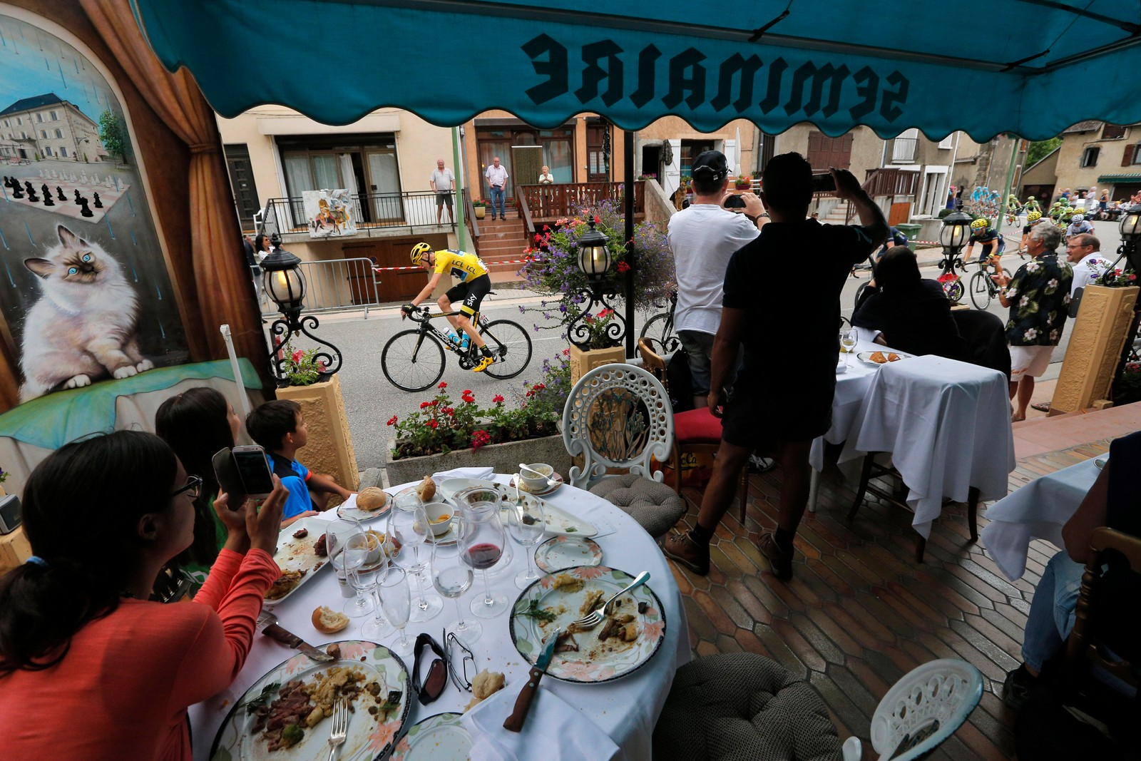 Det beste er å nyte en bedre matbit mens man ser på sport.(AP Photo/Christophe Ena)