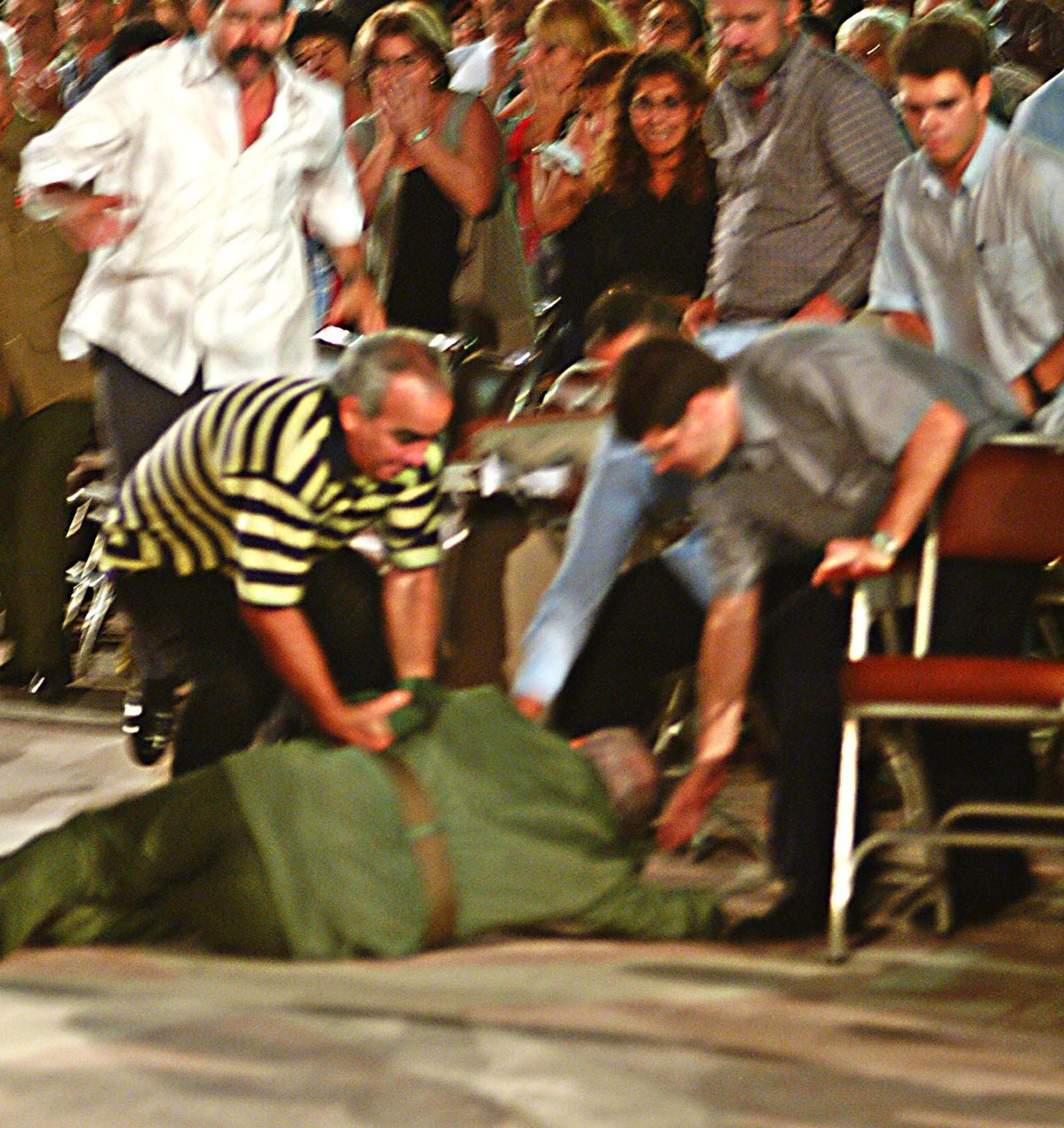 Bildene av den besvimte presidenten, liggende på bakken, med livvaktene styrtende til, gikk verden rundt.