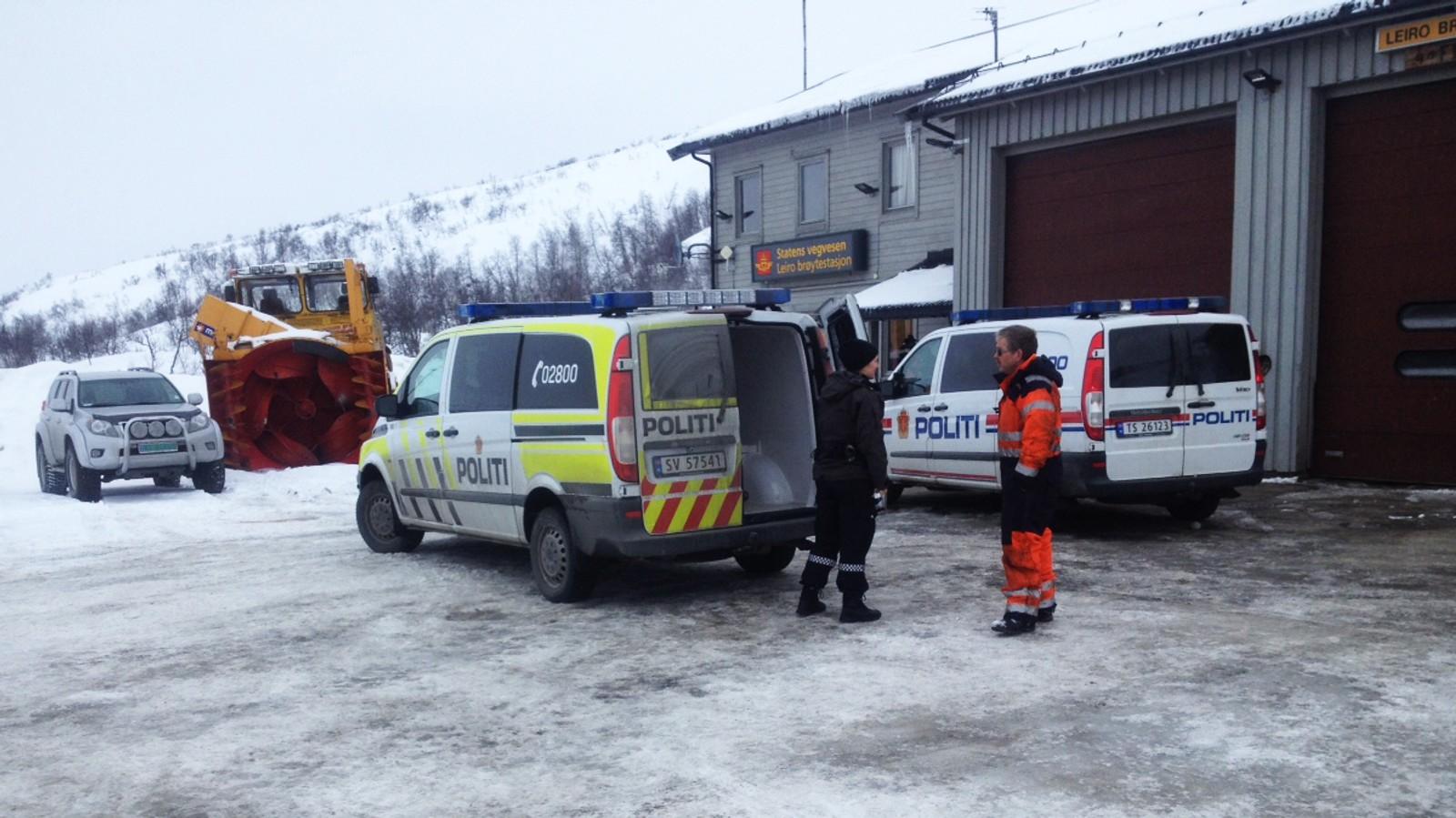 Dei to var svært rusa og aggressive, men politi og brannvesen fekk til slutt kontroll på dei to. Dei blir no frakta til Bergen.