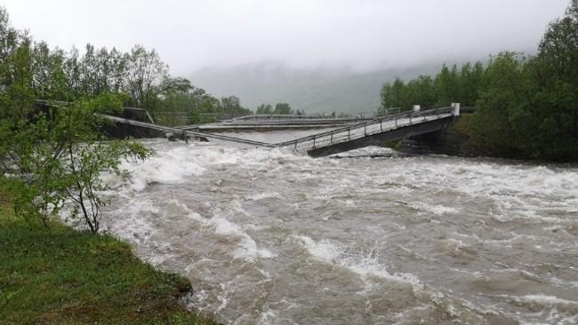 Vannmassene har gått over den gamle brua i Badderen ved E6 i Kvænangen.