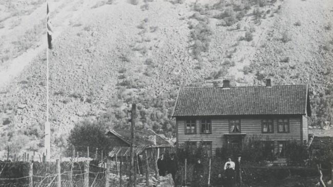 Hovudhuset på Uppigarden vart bygt på Frønningen i 1745, men vart flytta til Voll i 1900. Dette biletet er truleg teke få år etter at huset kom til Voll. Ukjend fotograf. Eigar: Lærdal lokalhistoriske arkiv.