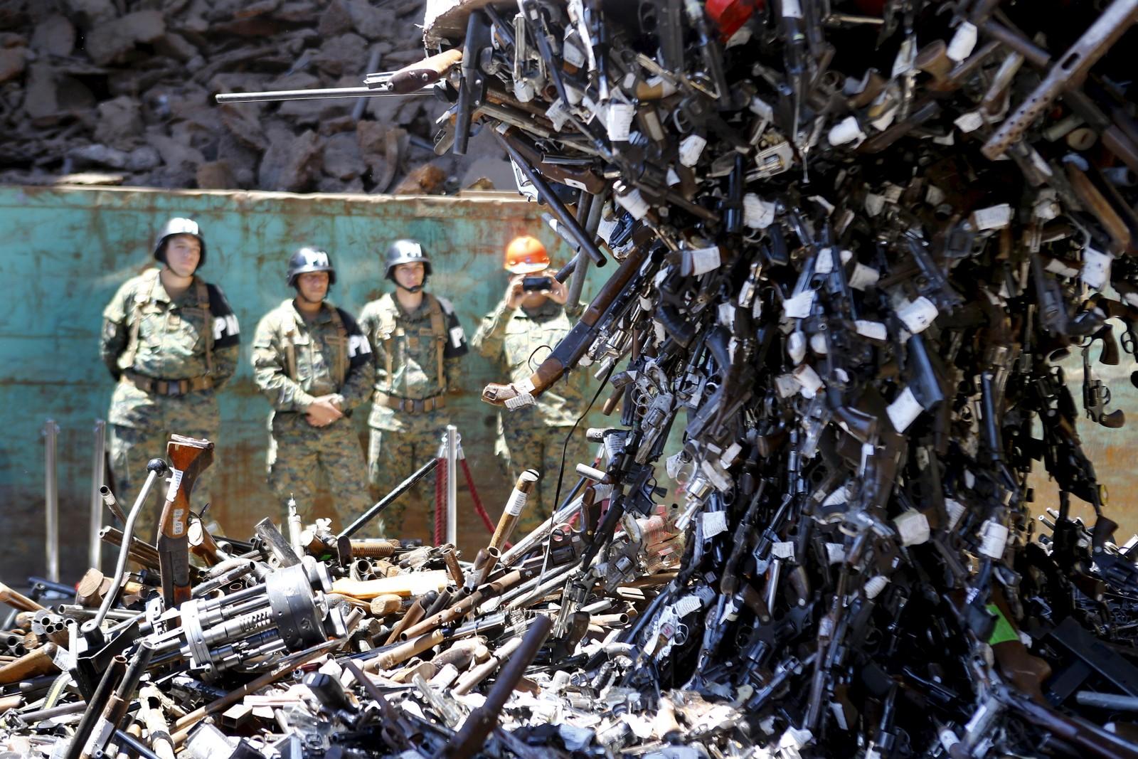 Konfiskerte skytevåpen blir fisket opp med magnet i Santiago, Chile, før de blir fraktet bort og destruert. 13.000 våpen led samme skjebne da myndighetene ville få kontroll på våpnene i landet.