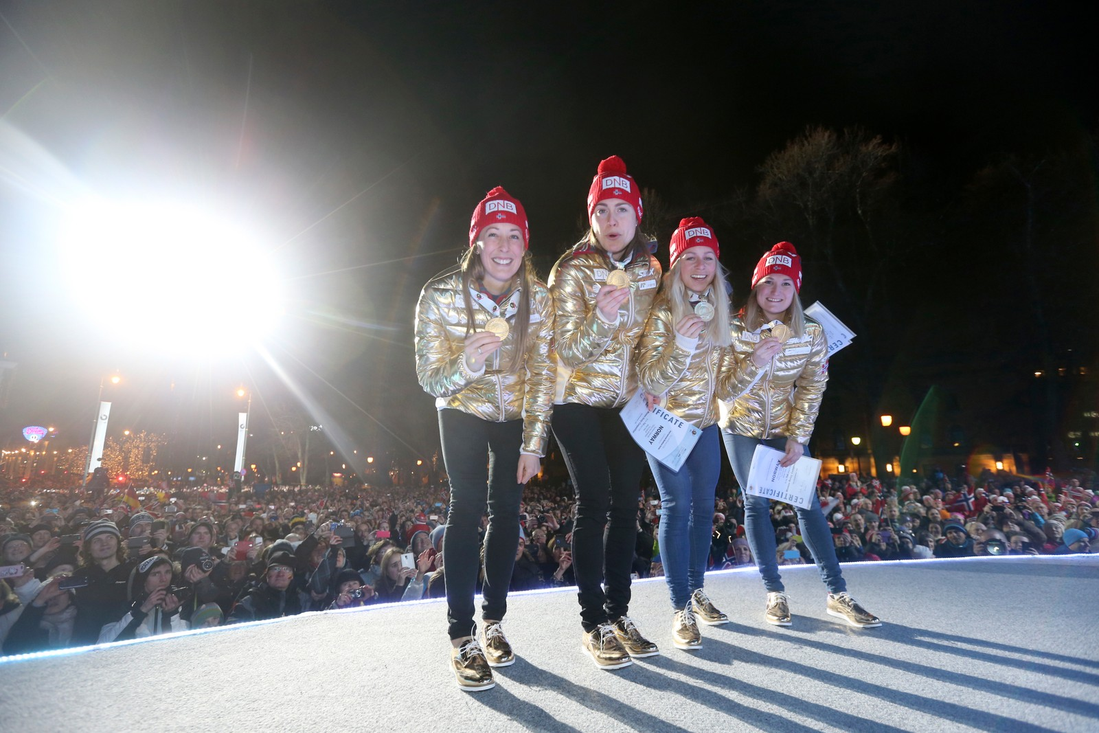 Premieutdeling stafett kvinner VM i skiskyting i Oslo sentrum. Gulljentene fra. Fanny Horn, Synnøve Solemdal, Marte Olsbu og Tiril Eckhoff.