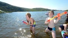 Sebastian Lorentsen (8) og Johannes André Eilertsen (8) fra Hammerfest satte stor pris på sydentemperaturen i Finnmark på torsdag.