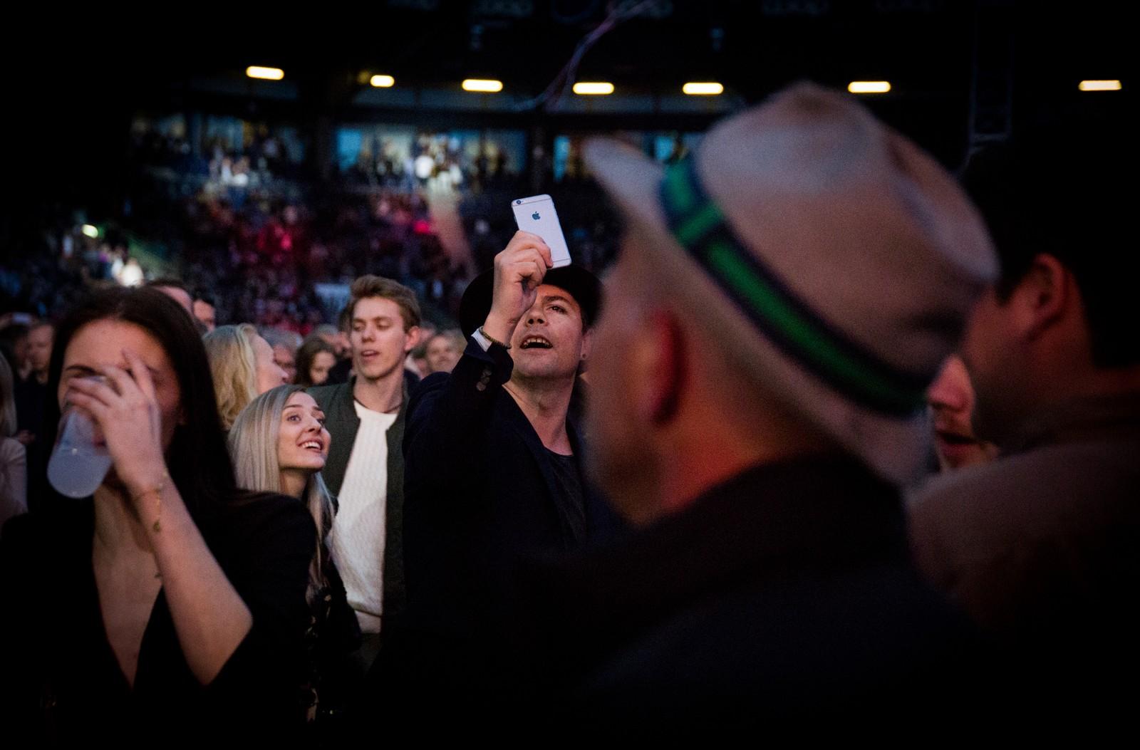 Ole Aleksander Mæland koser seg på Mods-konsert etter å ha spelt sjølv