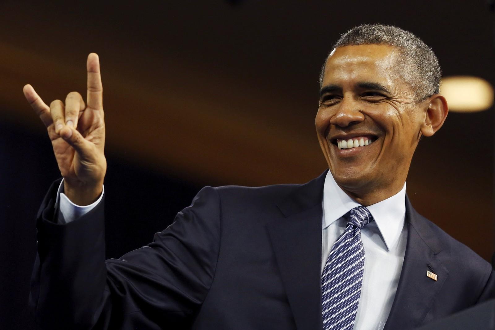 """USAs President Barack Obama viser """"dyrets tegn"""", eller symbolet for Rock n' roll under en samling i Washington."""