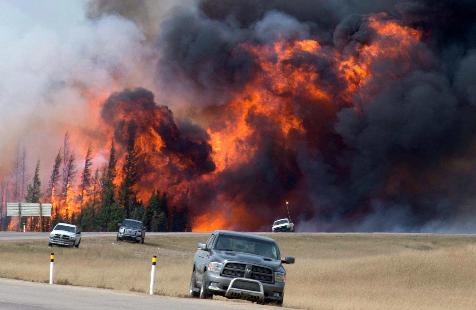 Den kraftige skogbrannen ved highway 63 sør for Fort McMurray i Alberta, Canada. Bildet er tatt 7. mai 2016.