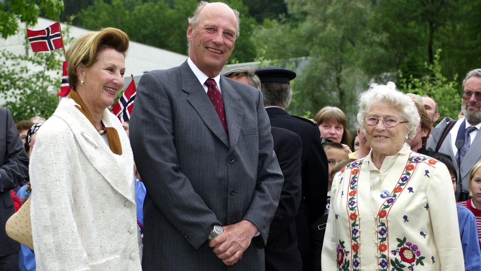 HYLLESTAD: 11. juni 2002 fekk Aslaug Risnes, enke etter oberstløytnant Harald Risnes, møte kongeparet. Kongen la ned krans på minnestøtta for krigshelten.