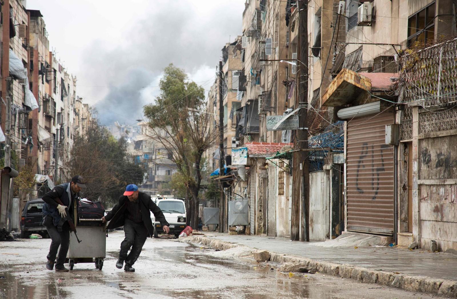 Røyk fra luftangrep stiger i bakgrunnen på en bydel nord i Aleppo.