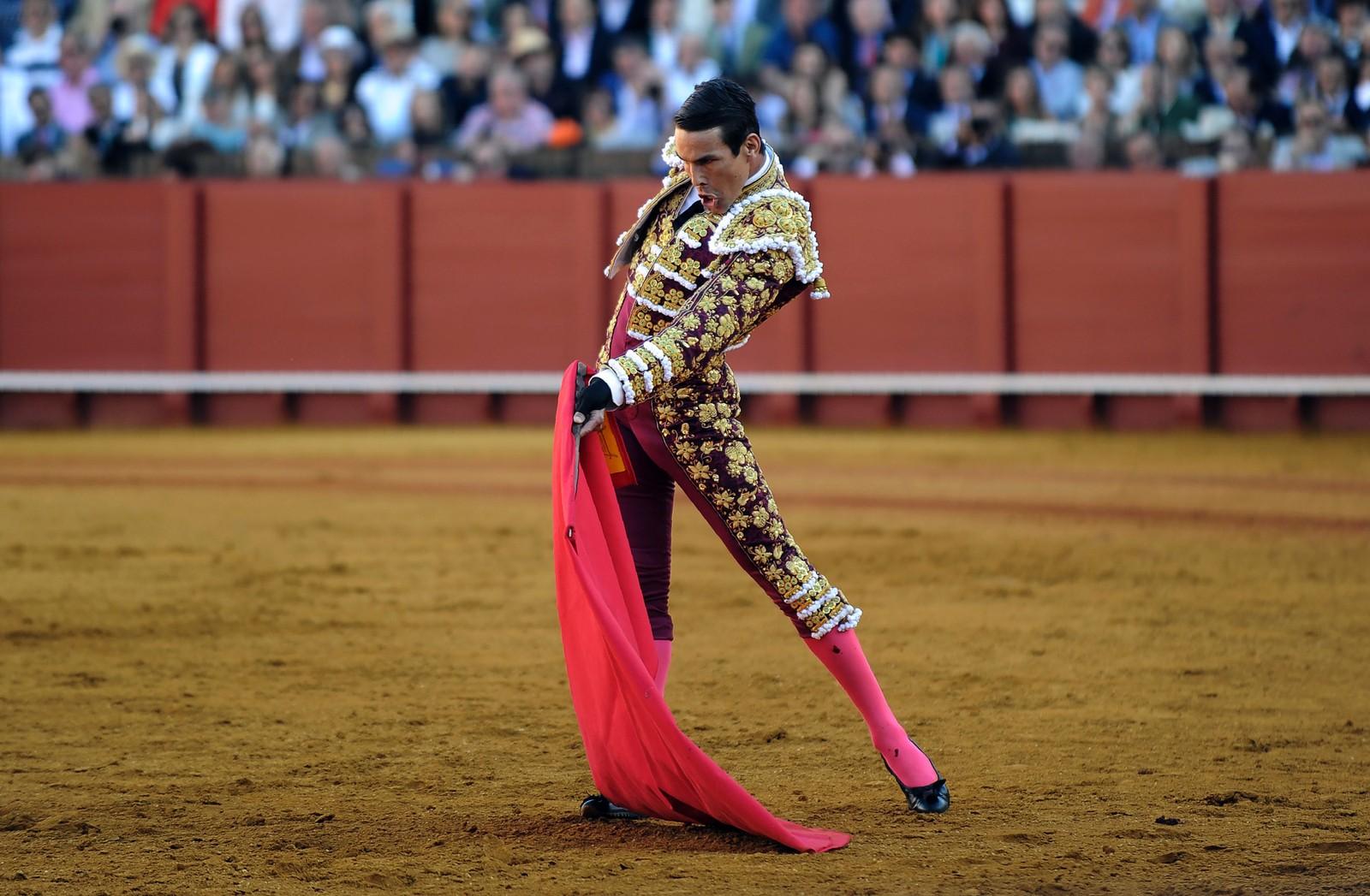 OLÉ: Den spanske matadoren Jose Maria Manzanares erter opp oksen under tyrefekting i Sevilla i Spania torsdag denne uken.